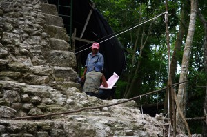 Mayastrategen besprechen, wo die neuen Inschriften am Besten zu plazieren sind