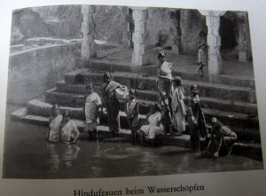 Hindufrauen beim Wasserschöpfen