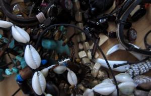 Schmuck aus Halbedelsteinen und Samen