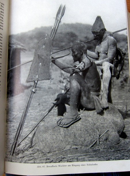 Bewaffnete Wächter - Nuba - Afrika - Neue große Völkerkunde