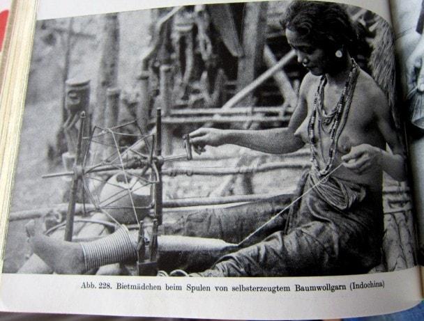 Biet-Frau beim Spulen von Baumwollgarn  - Neue große Völkerkunde