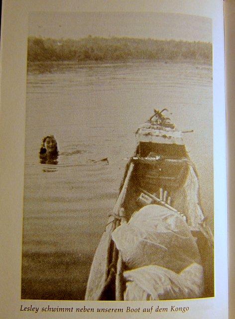 Lesley schwimmt neben unserem Boot auf dem Kongo - Papua-Neuguinea - Christina Dodwell - Globetrotter-Handbuch