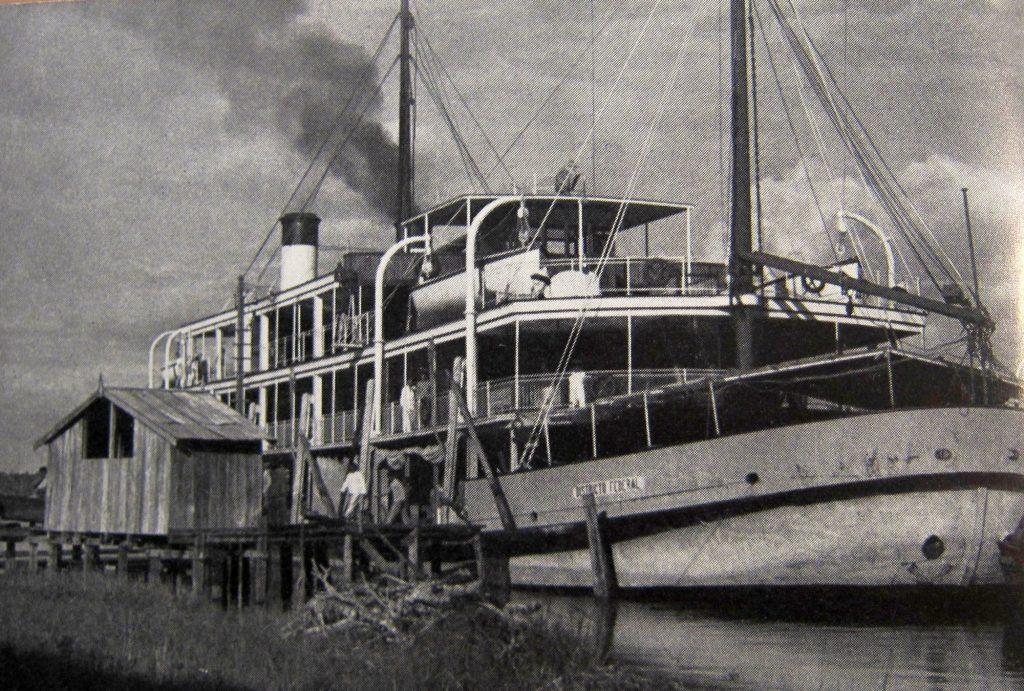 Dampfschiff auf dem Amazonas